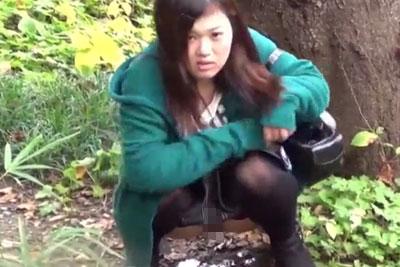 【盗撮動画】おしっこガマンできなくなって茂みに入って野ションしてるかわいいギャルを盗撮したら、見つかってガン飛ばされましたw【無修正】
