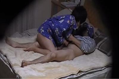 【盗撮動画】今日は彼女とのセックスを内緒で隠し撮りしてみました。そしたら今夜は特別乳首舐め&手コキが長くて超ラッキーな日でしたw【無修正】