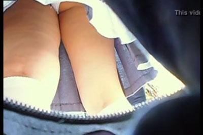 【盗撮動画】ボストンバッグにカメラを突っ込んで、超真面目お嬢様進学校の近くに行って、真面目お嬢様素人JKのクイコミ純白パンティー盗撮しちゃいました!