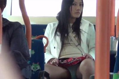 【盗撮動画】超絶カワイイ素人ミニスカギャルが、バスの座席で信じられないぐらい無防備な感じでパンティー見えてたんで、ずっと盗撮しちゃいましたww