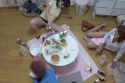 【盗撮動画】とあるOLちゃんのアパートに隠しカメラを仕掛けたら、女子会家呑みやってて泥酔しすぎてパンツ丸出しでゲロ吐いちゃってる所が撮れちゃいましたw