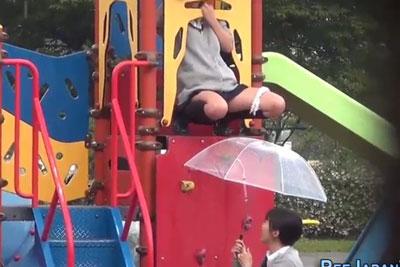 【盗撮動画】公園で、人がいないのを確認して滑り台の上からおしっこするとかいうバカな遊びしてるJKを発見したんで見つからないように隠し撮りしたったw【無修正】