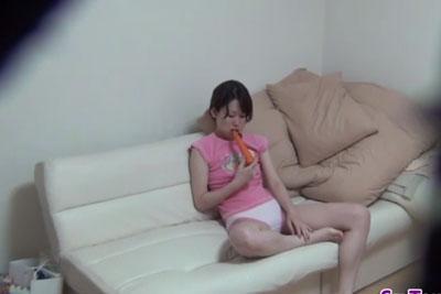 【盗撮動画】妹もだいぶ成長してきたなーと思って妹の部屋に隠しカメラを仕掛けてみたら、冷蔵庫からニンジン持ってきてオナニーしてる所撮れちゃったw【無修正】