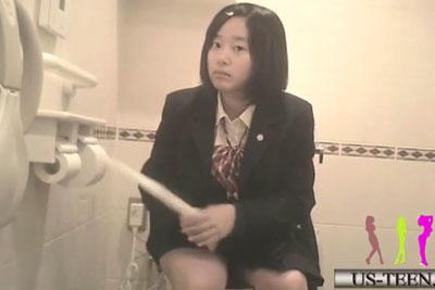 【盗撮動画】JKがいっぱい集まるお店の女子トイレに隠しカメラ仕掛けて素人JKの放尿盗撮しちゃいました!毛糸のパンツのJKも発見です!ww