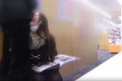 【盗撮動画】知的な女の子でも盗撮しようと思って隠しカメラ持って図書館に行ったら、超ビッチな女が隠れて彼氏のチンコフェラしてる所が撮れたんですけどww