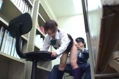 【盗撮動画】つい出来心で万引きしちゃって捕まっちゃった真面目系JK。警備員に事務所連れられて、アソコの中までボディーチェックされちゃう!