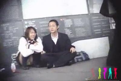 【盗撮動画】駅や街中で見かけたリアル素人JKのパンチラを盗撮しまくるボク。彼氏と一緒にしゃがんでますけど、モリマンパンティー丸見え状態ですよww