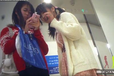 【盗撮動画】まぁちょっと幼すぎるかとは思いましたが、書店に最高にかわいい素人美少女二人組がいたのでパンティー隠し撮りしておきましたw