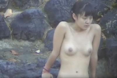 【盗撮動画】露天風呂の女湯盗撮でついに激カワ美少女発見!日焼けの跡がまぶしい素人感満載のやわらかそうな美乳を完全盗撮しちゃいましたよ!