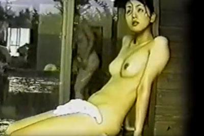 【盗撮動画】温泉女湯の壁の隙間から盗撮してみたら、超美巨乳OLちゃんが浴槽に座って涼んでる超無防備な全裸が盗撮出来ちゃいましたよ!