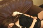 【盗撮動画】友達の女の子が泥酔しちゃってソファーで眠って起きないから、開放するどころか服をめくってアソコを思い切り隠し撮りしちゃいましたw【無修正】