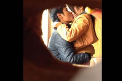 【盗撮動画】ウチのアパート結構ボロいんで壁に穴開けてもバレないんですよね、そしてお隣さんが彼女と営んでる所を隠し撮りしちゃいましたw
