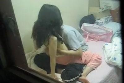 【盗撮動画】おいおいヤるならカーテン閉めてセックスしようよwwっていいたくなるほど無防備に自宅でセックスしてる素人カップルを窓から隠し撮り!