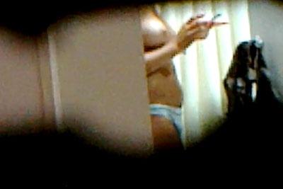 【盗撮動画】ヒャッハー!ご近所に住んでる若くてかわいい女の子が風呂上りにパンツ一丁でいるところ盗撮したった!超美巨乳で大コーフン!ww