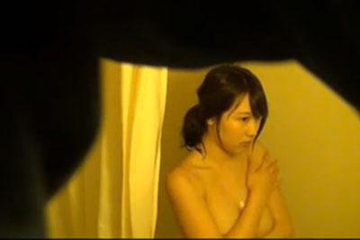【盗撮動画】こないだガスの修理に行ったアパートに住んでる女の子があまりにもかわいかったんで、お風呂場に隠しカメラを仕掛けておきましたww