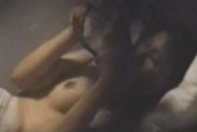 【盗撮動画】おお!深夜に近所のOLちゃんがパンツ一丁でマンガ読んでるところが覗けちゃった。マンガに集中して全く気付かないから美巨乳思い切り盗撮したりましたw