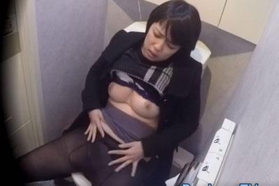 【盗撮動画】某オフィスビルの女子トイレを盗撮したら、ちょいブスだけどカラダはエロい美巨乳素人OLちゃんが潮吹きオナニーしてるところ撮れました【無修正】