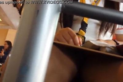 【盗撮動画】会社の社員食堂で正面にキレイな女子社員が座ったんで、タイトスカートの中をテーブルの下で隠し撮りしておいてランチタイム終了w