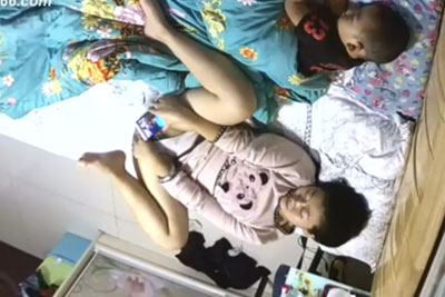 【盗撮動画】自宅のいたるところに隠しカメラを仕掛けて妻を監視してみたら、寝室で横に子供がいるのにアソコをスマホで撮りながらオナニーしてましたw【無修正】