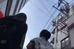 【盗撮動画】街中で超若いミニスカートの女の子二人が歩いてたのでパンティー隠し撮りしてみたら、真っ黒なパンティーで結構大人ぶっていた件ww