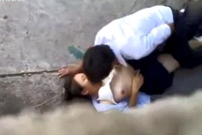 【盗撮動画】海岸のコンクリートが地面のところでセックスしちゃってる青春JKカップルを発見したので隠し撮り!背中痛くないんですかねコレw【無修正】