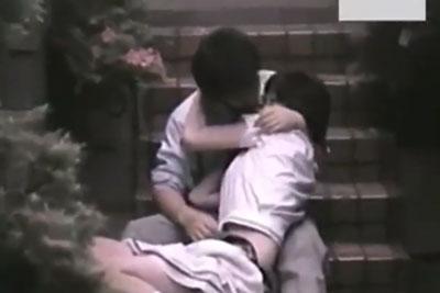【盗撮動画】やっぱり学生さんはお金が無いからこんなところでヤっちゃうんですねww素人JKカップルの公園セックスを隠し撮り!w