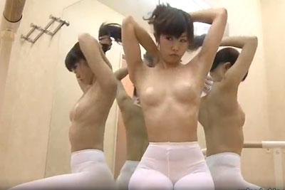 【盗撮動画】バレエ教室でレッスン後汗ばんだレオタード脱いで着替えてる生徒の素人ギャルを完全盗撮!ニップレスがエロ過ぎますよ!w