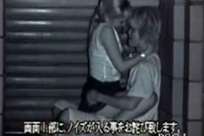 【盗撮動画】深夜のビルの前で隠れてイチャイチャしているギャルのカップルを発見したのですが、よく見たらチンコ入っていたので隠し撮りしておきましたw
