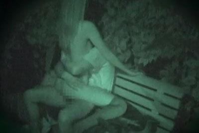 【盗撮動画】結構寒い深夜だというのに公園のベンチで彼女を全裸にさせて野外セックスしている健康的なカップルを隠し撮り!ww【無修正】