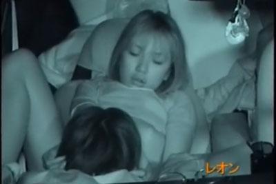 【盗撮動画】深夜に中型のクルマの中で上手に体勢作って超絶カワイイ素人彼女にクンニして騎乗位挿入してるカップル発見して赤外線盗撮!