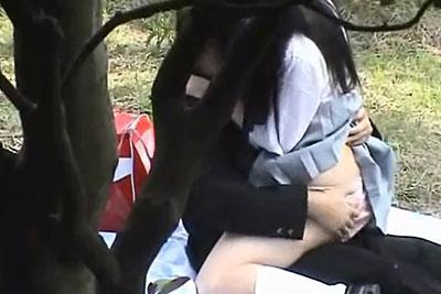 【盗撮動画】スゲェ!広場の雑木林の中でレジャーシート敷いて日中野外セックスしてるむっちり巨乳制服JKカップル発見したんで隠れて盗撮!w