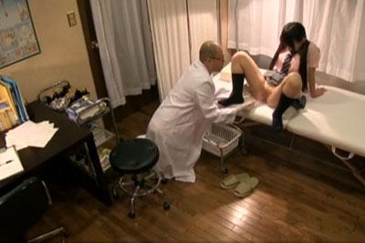 【盗撮動画】真剣にカラダの悩みを相談しに来ている素人JKに対し、アソコにローター突っ込んでどう見てもセクハラしている医師を盗撮した動画w