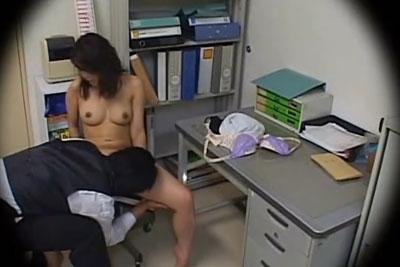 【盗撮動画】万引きして捕まった美巨乳ギャルが鬼畜セクハラ店長に全身調べられて全裸にされてアソコの中もクンニで調べられちゃってるところ盗撮w