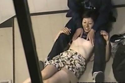 【盗撮動画】JKぐらいの年齢だと思われるカップルが非常階段のところでイチャイチャしててエスカレートしておっぱい丸出し、アソコ丸出しのところ完全盗撮w【無修正】