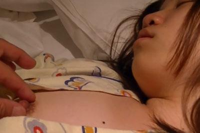 【盗撮動画】友達の家に泊まりに行ったら彼の妹が超かわいくて、深夜眠っている間に乳首盗撮してさらにつまんじゃいましたw