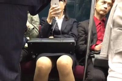 【盗撮動画】電車の中でスマホに夢中になってる絶賛就活中の超カワイイ素人JDちゃんのお股がユルくなってたんでデルタゾーン盗撮!ww