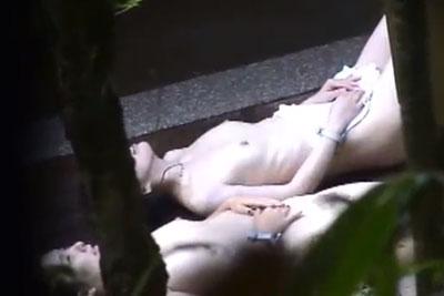 【盗撮動画】温泉旅館露天風呂の女湯盗撮で撮れちゃった、全裸で寝転がってる素人OLちゃんの陰毛ふっさふさの見事な丘ですww
