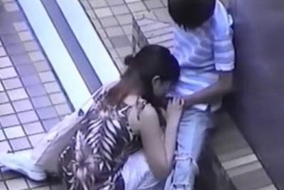 【盗撮動画】見つけたぜ公園の端っこで白昼堂々フェラしちゃってるカップルを!チンコペロペロしてるところズームで盗撮してやったぜ!