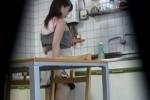 【盗撮動画】キッチンに隠しカメラを仕掛けてウチの新妻を盗撮したら、夕飯に使うニンジン突っ込んで欲求不満オナニーしてるところが撮れちゃって草ww