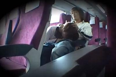 【盗撮動画】衝撃!特急列車の指定席で痴漢プレイしながら彼女におっぱい露出でフェラ抜きさせてる素人カップルを口内発射するまで隠し撮り!【無修正】