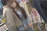 【盗撮動画】ウッソ!お店の中でチンコ露出して彼女に手コキしてもらってる超変態カップル発見!ザーメンがとぴゅっと出る瞬間隠し撮りしちゃいました!