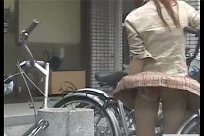 【盗撮動画】強風の日に自転車置き場で風パンチラ抑えと自転車の鍵開けに奮闘している素人ミニスカギャルのパンティーを完全盗撮w