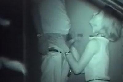 【盗撮動画】深夜の公園で膝魔づいて彼氏の巨根ねっとり手コキしてくれてるギャル彼女、お返しに彼氏クンニしてあげてるところまで完全盗撮!w