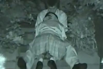 【盗撮動画】夜の人気がなくなった公園の階段でイチャイチャしてるJKカップル盗撮してたらパンチラしながら彼氏フェラしてるところ撮れちゃったw