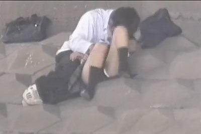 【盗撮動画】橋の下でイチャイチャしてパンティー丸出しで手マンされちゃってる素人JKカップル発見したんで向こう岸からズーム盗撮!w