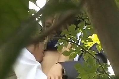 【盗撮動画】公園の茂みの奥で立ちいちゃラブセックスしてる素人JKカップル発見!おっぱい吸って手マンしまくった後ねっとりフェラ抜きしてもらってますw