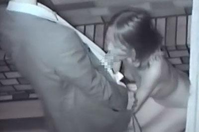 【盗撮動画】スゲェ!深夜の公園の端っこでリーマンと素人OLカップルが野外セックスしてて立ちバックで挿入した後ねっとりフェラしてもらってるところ盗撮!w【無修正】