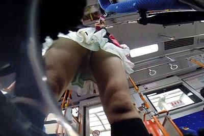 【盗撮動画】市バスで立っていたヒラヒラミニスカートの10代と思われる美少女のパンティーを鞄の中の隠しカメラで完全盗撮しちゃいましたw