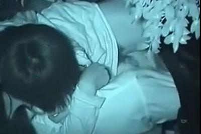 【盗撮動画】公園で彼女といちゃラブセックスしててアソコ晒して拘束指ズボ手マンしてるところをバレないように上から隠し撮りすることに成功!w