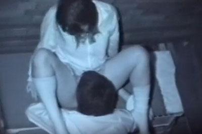 【盗撮動画】夜の学校の校舎裏でいちゃラブセックスしてるメガネっ娘制服素人JKがM字開脚でクンニされまくってるところ完全盗撮!w